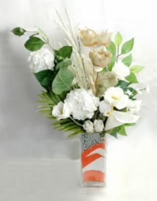 Vazoda beyaz yapay çiçekler
