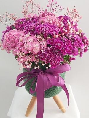 3 Ayaklı Vazoda Mor Çiçekler
